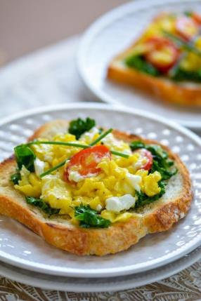 Scrambled Eggs with Goat Cheese and Kale Recipe - ChefDeHome.com