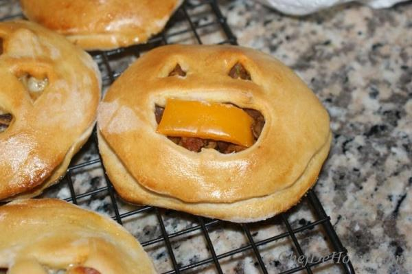 Halloween time is almost here. Last year, during Halloween, I sold a big batch of Jack-o-Lantern Pockets in a bake sale. They were so hit- kids were 'goblin' it up ..