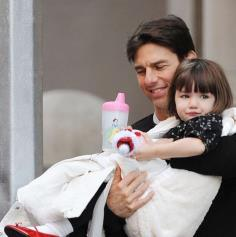 Tom Cruise carrying his daughter Suri Cruise